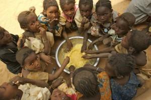 Mali, scolari mangiano il loro pranzo, spesso l'unico pasto completo della giornata. Credits: Amy Vitale/Oxfam
