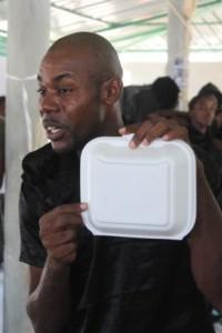Haiti. La boite a manger diventa oggetto simbolico che collega il cibo – e il gesto quotidiano fondamentale del nutrirsi – all'ambiente.