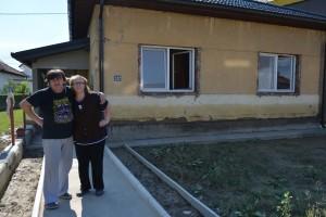Nijaz Hodzic e la moglie Indira di fronte alla loro casa, quasi interamente ricoperta d'acqua