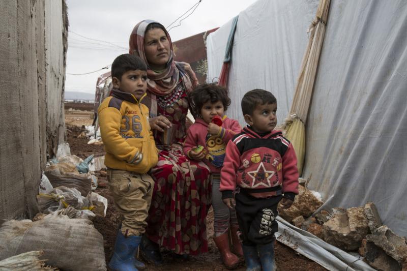Hannan e i suoi figli, rifugiati siriani in un insediamo informale in Libano
